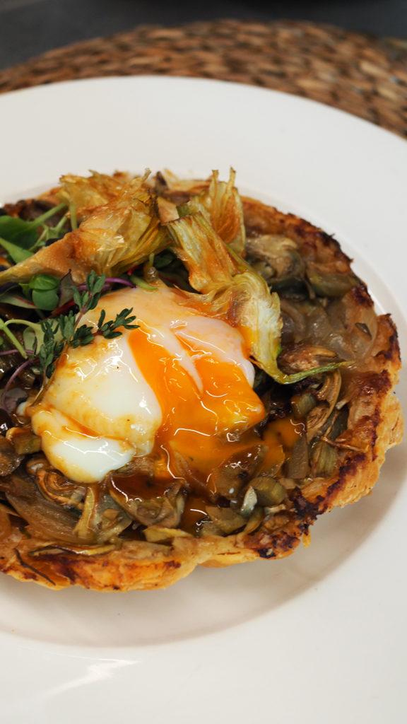 Emplatado de tatín de alcachofa de El Prat y huevo pota blava